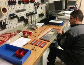 Montage d'éléments de capotage pour machines outils